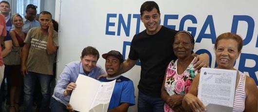 Prefeitura entrega títulos de concessão de direito real de uso para moradores de Marechal Hermes