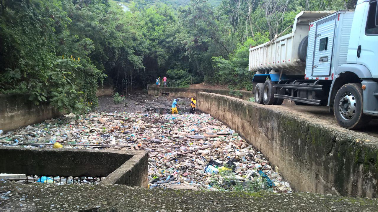 Rio-Águas realiza limpeza na caixa de retenção do Rio dos Frangos