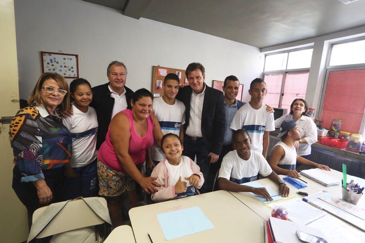 Prefeito visita Ciep em Jacarepaguá e promete voltar para celebrar êxito dos alunos com deficiência