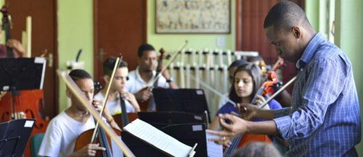 Orquestra nas Escolas vai ensinar alunos municipais a tocar instrumentos de corda e sopro