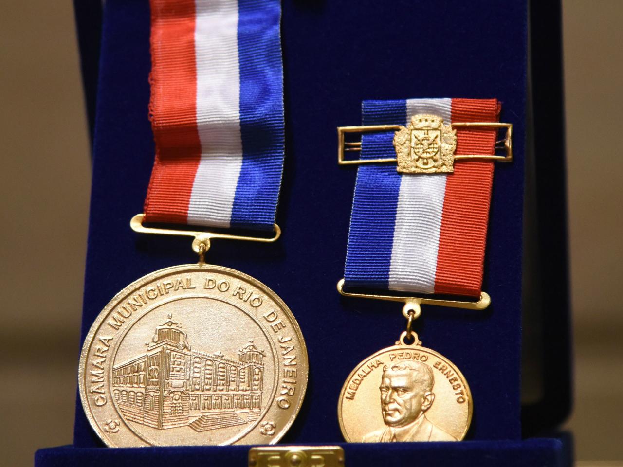 Presidente da Riotur recebe o conjunto de medalhas Pedro Ernesto