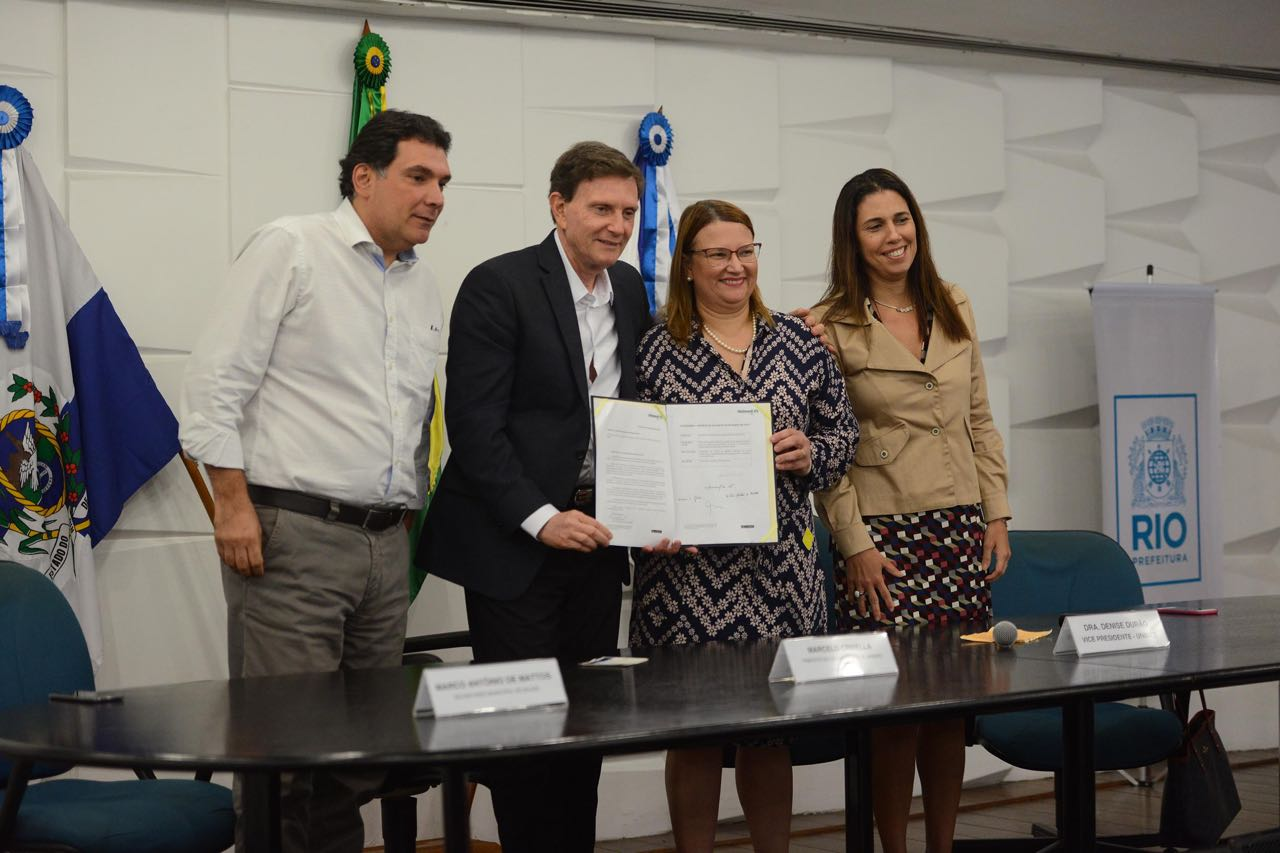 Crivella assina acordo com Unimed-Rio para zerar fila da catarata