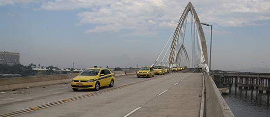 Crivella abre novo acesso ao Galeão para táxis