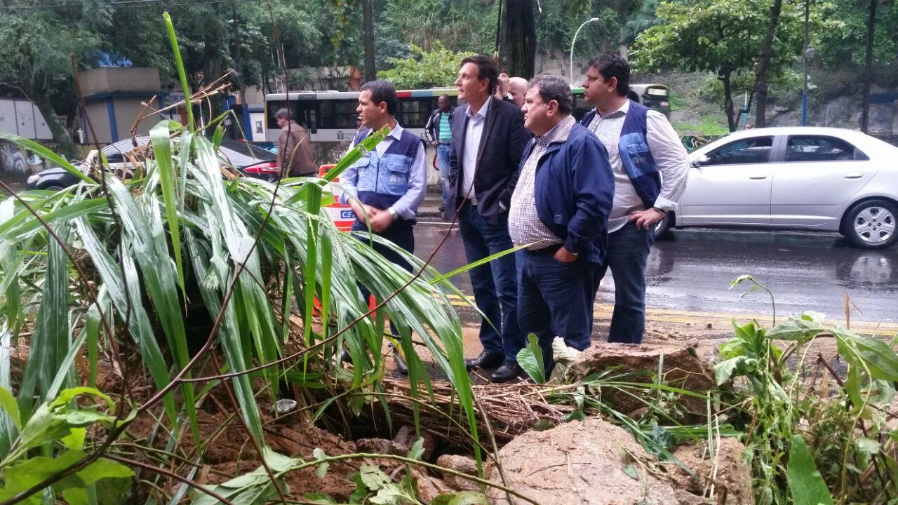 Crivella acompanha os trabalhos de equipes da prefeitura em área afetada pela chuva