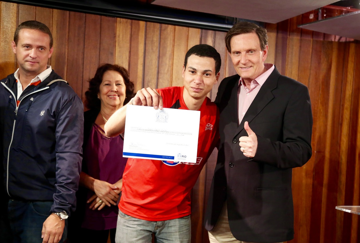 Crivella entrega diploma aos alunos do Curso de Empreendedorismo Comunitário