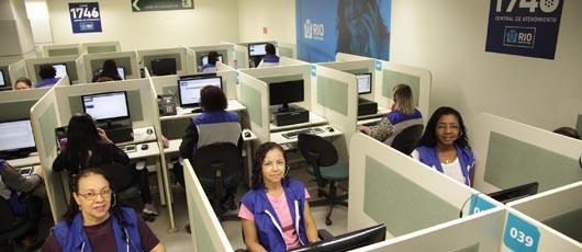Programa da Central 1746 recruta pessoas com mais 40 anos para trabalhar como atendente