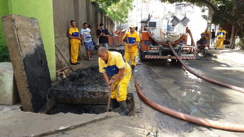 Rubens Teixeira acompanha mutirão de limpeza na Muzema