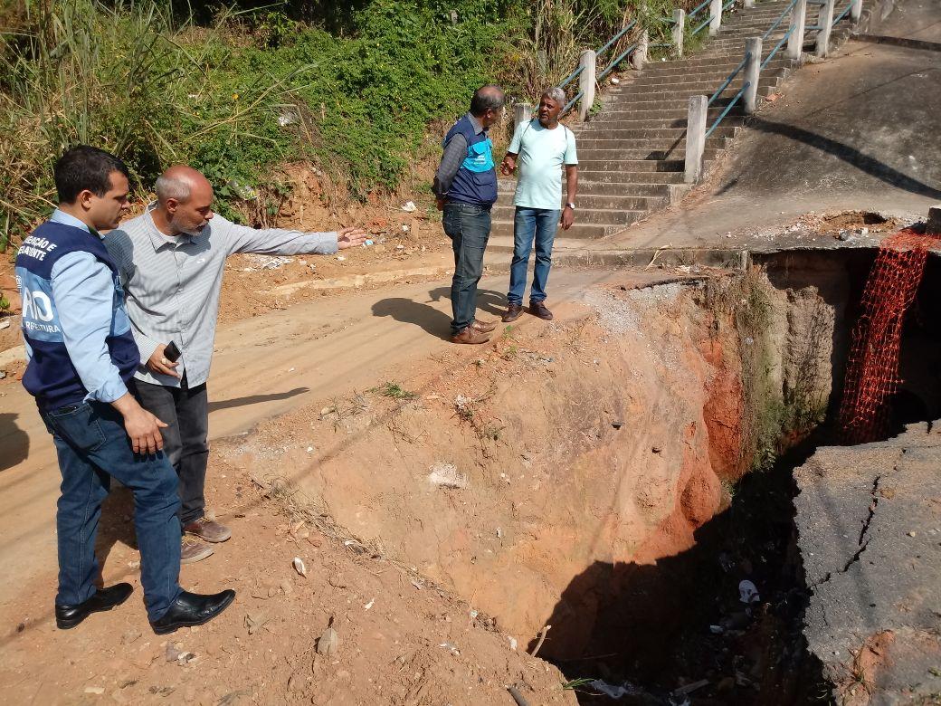 Secretário manda tapar cratera que há um ano e meio prejudica moradores  em Ricardo de Albuquerque