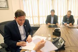 Crivella assina acordo que garante o repasse de verbas às escolas de samba