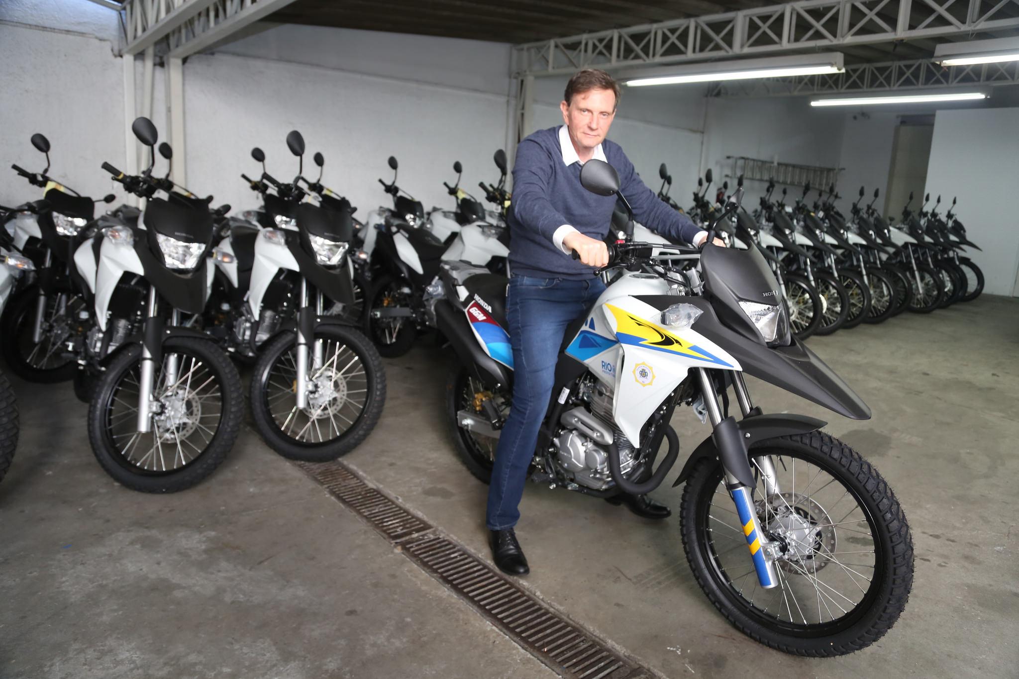 Crivella recebe motos que reforçarão a Guarda Municipal