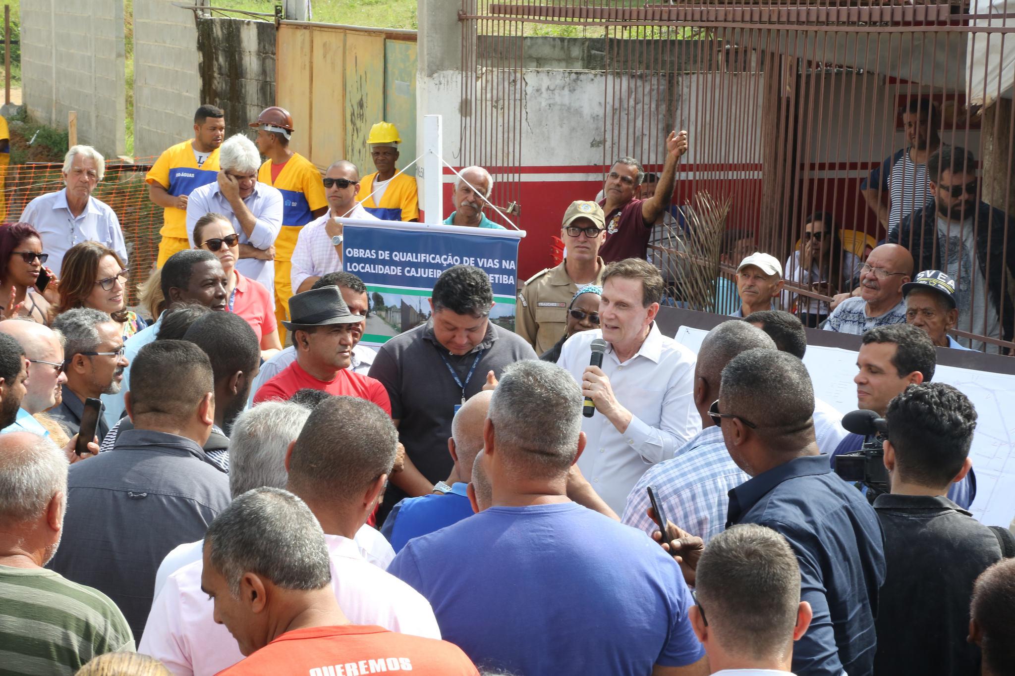 Crivella visita obras de saneamento e urbanização em Sepetiba