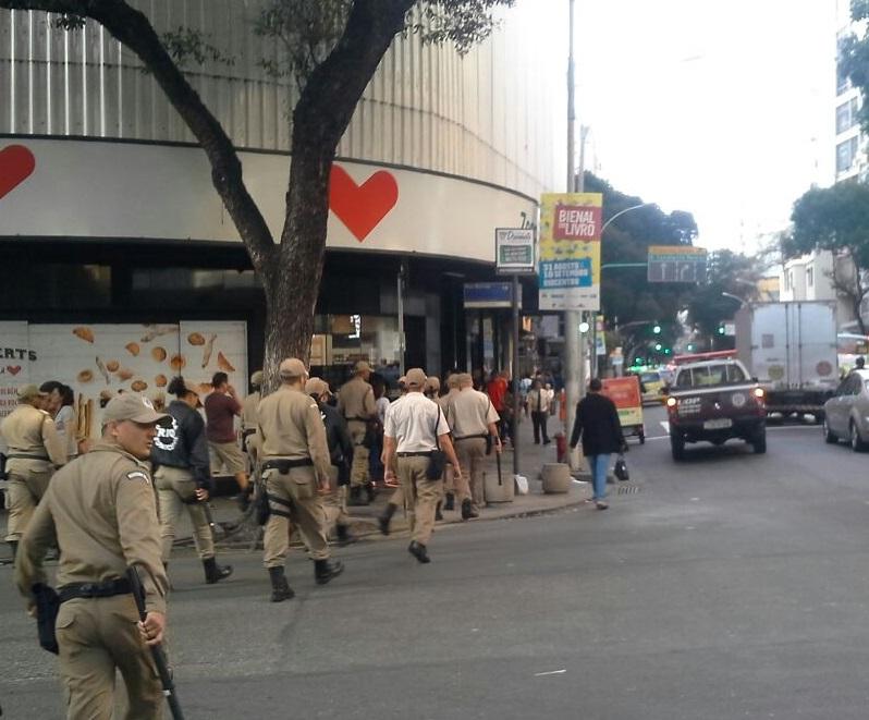 Ação preventiva da GM-Rio coíbe comércio ambulante irregular e detém homem por furto a turistas