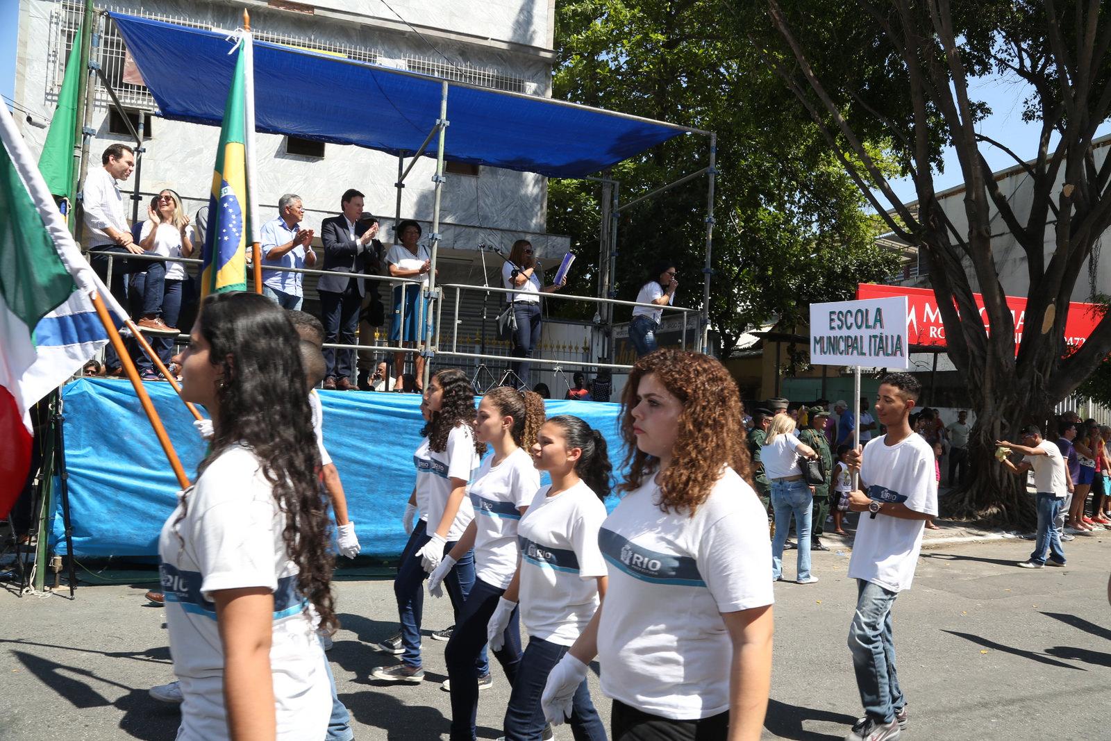 Crivella assiste a desfile cívico de alunos das escolas de Rocha Miranda