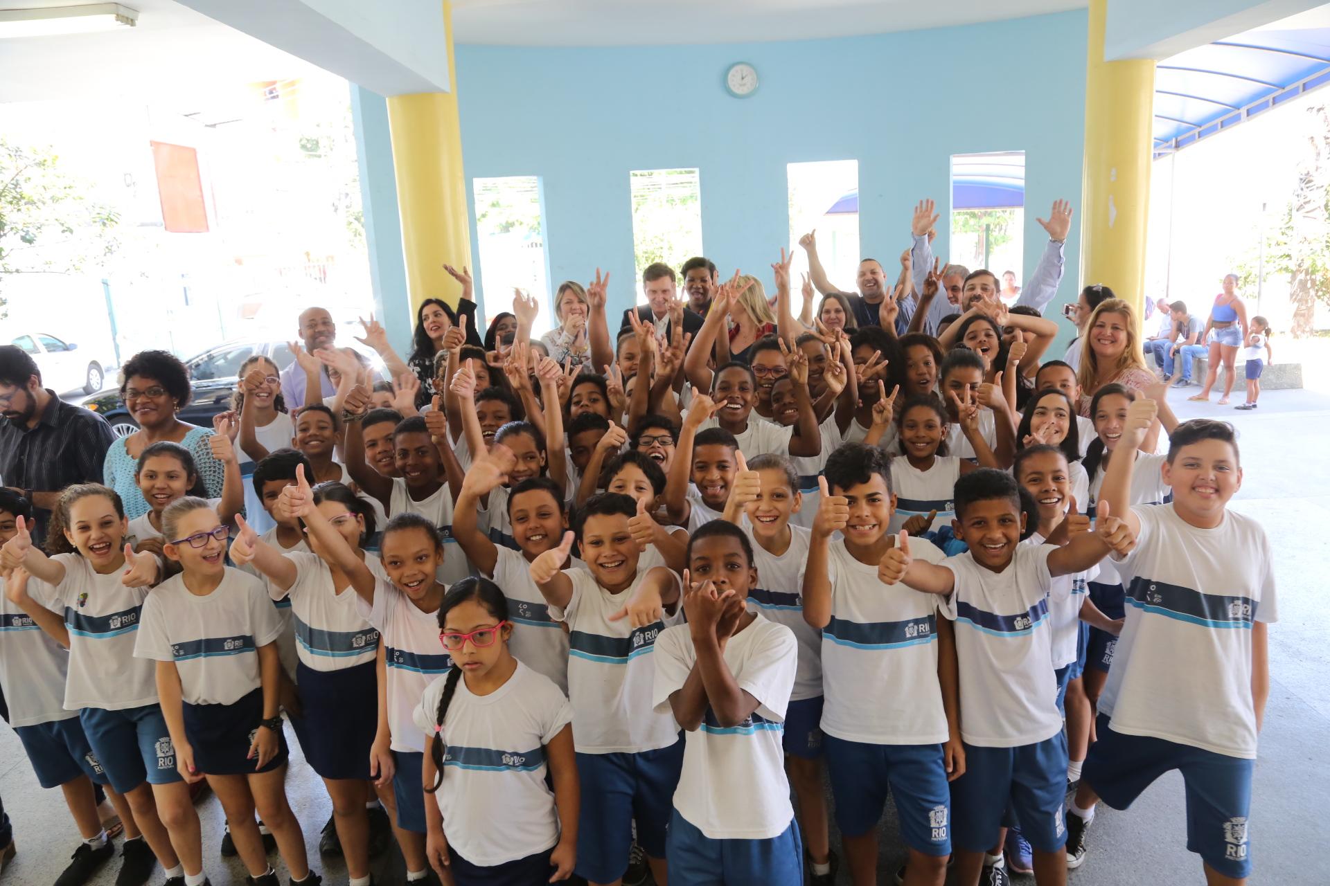 Prefeito visita escola bilíngue e elogia nível dos alunos