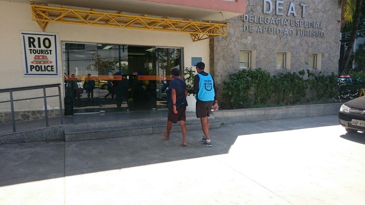 Guardas municipais prendem ambulante por furto a casal de turistas uruguaios na Praia de Copacabana