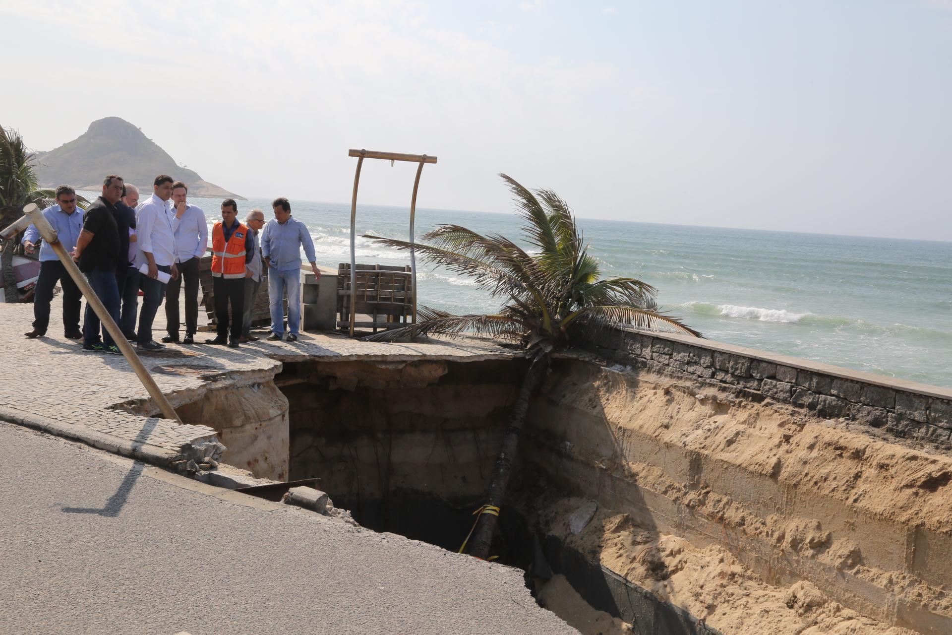 Prefeito Marcelo Crivella vistoria obras de contenção na Praia da Macumba