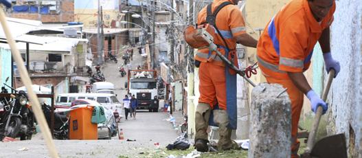 Comlurb realiza operação de limpeza na comunidade Santo Amaro