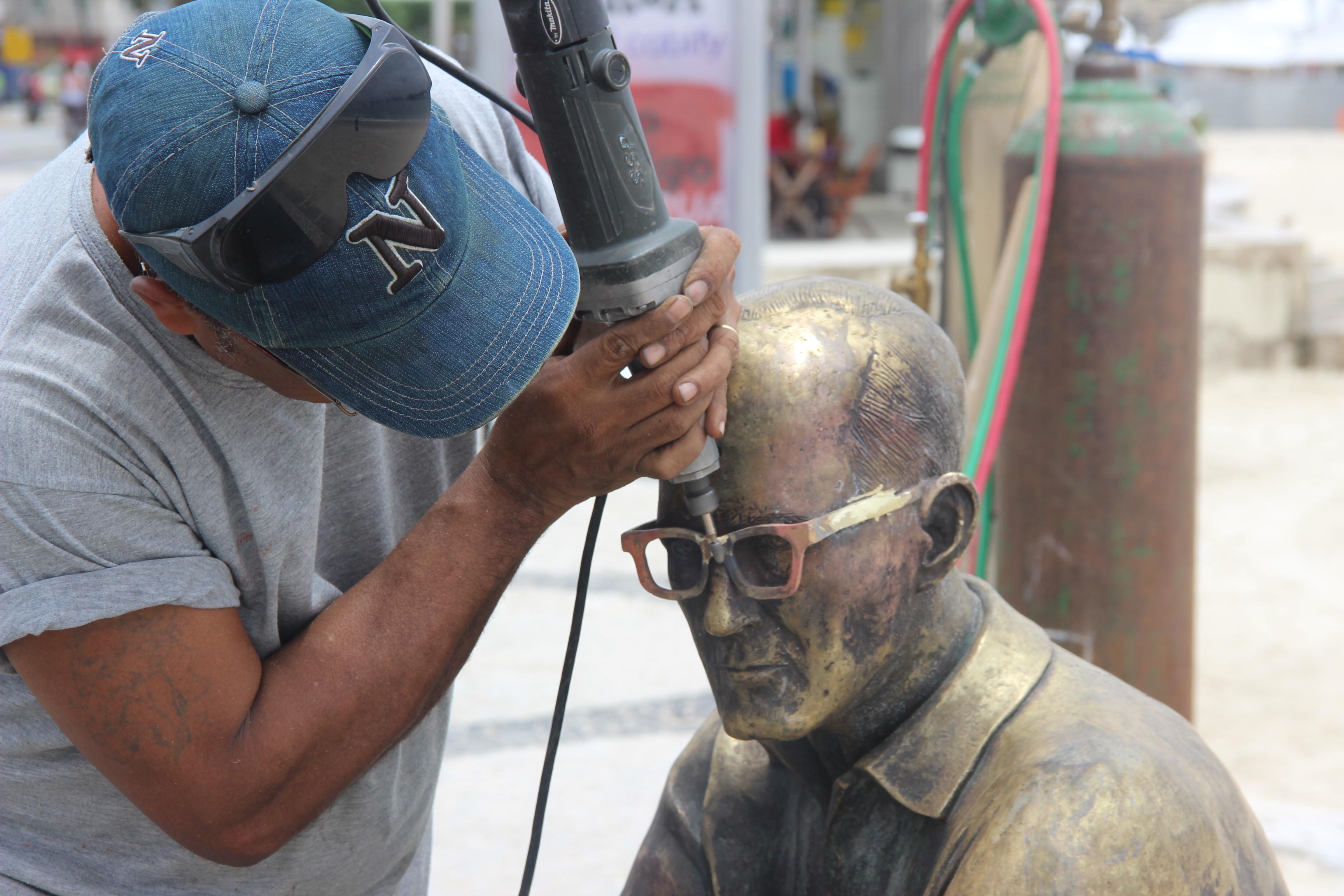 Estátua de Drummond ganha novos óculos e placas informativas
