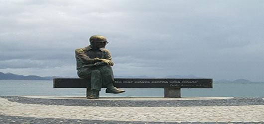 FPJ busca novo adotante para a estátua do poeta Carlos Drummond de Andrade