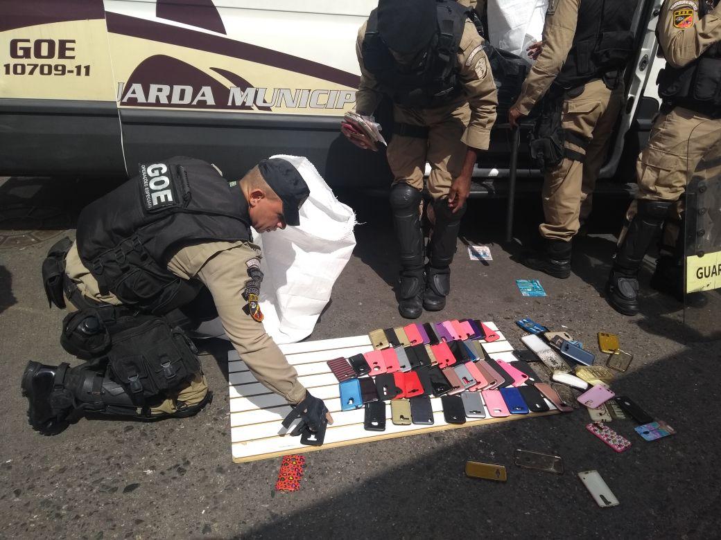 Guardas apreendem 1.888 produtos com ambulantes sem autorização em Bangu