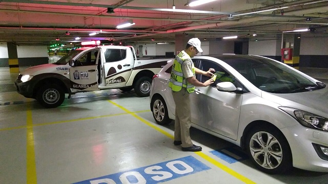 GM-Rio registra 2.316 multas por uso indevido das vagas especiais em estabelecimentos comerciais