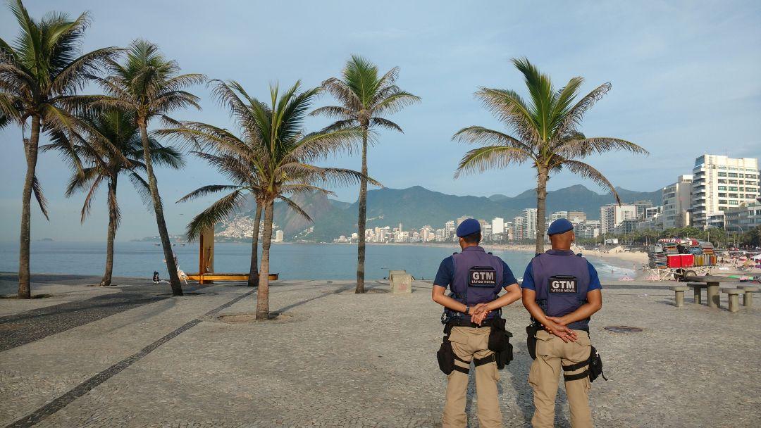 Operação Verão: Guardas prendem homem após roubo de celular e desfazem depósito irregular