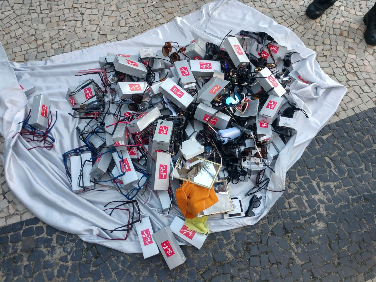 Rio + Seguro: Guardas municipais apreendem mais de 200 óculos com ambulante irregular em Copacabana