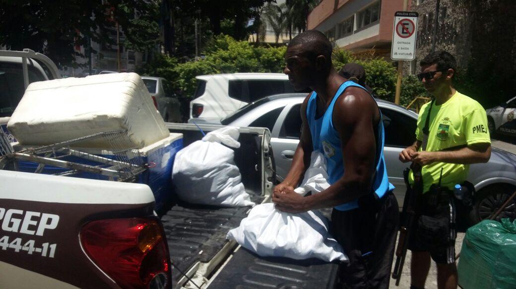 Guarda Municipal detém nove pessoas e apreende mais de 800 itens com ambulantes irregulares  na orla