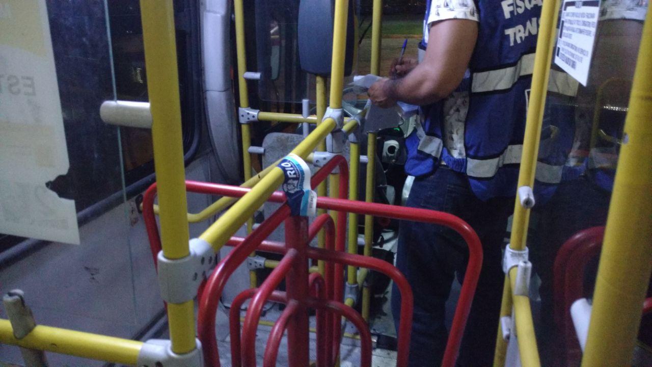 Secretaria de Transportes realiza fiscalização em garagem de empresa de ônibus