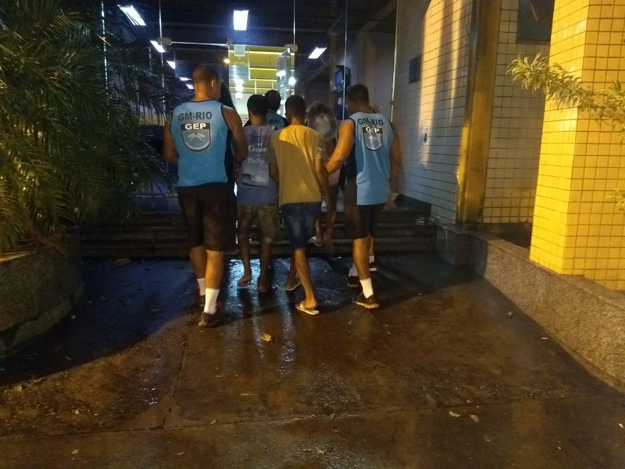 Rio + Seguro  e GEP detêm três homens e quatro adolescentes em Copacabana e na Barra