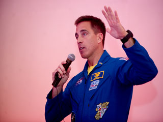 Astronauta da NASA visita o Planetário e participa de encontro com alunos da rede pública