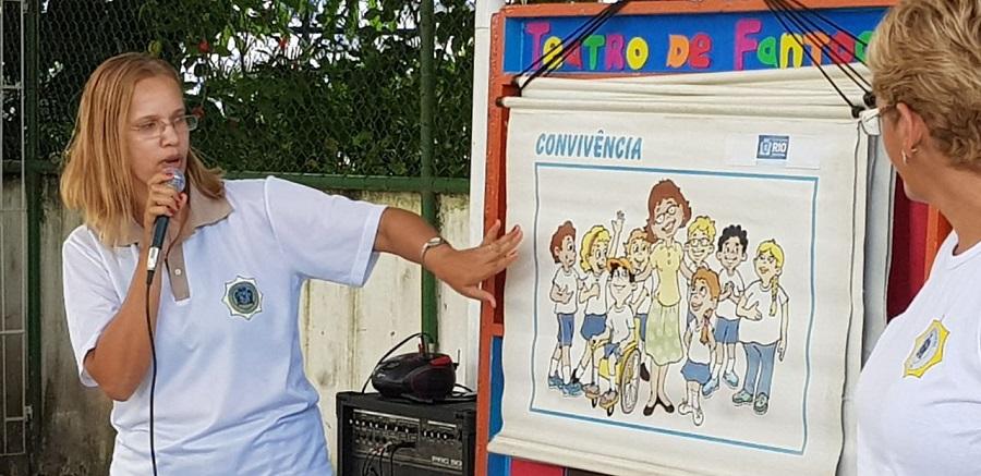 """Ronda Escolar encena peça """"Convivência sem Violência"""" para alunos em Realengo"""