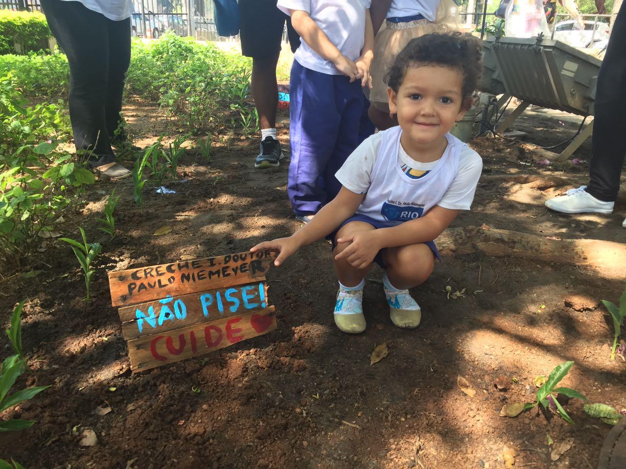 Creche Institucional e Comlurb realizam plantio de mudas no CASS