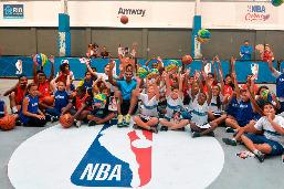 Jogador brasileiro da NBA participa de clínica de basquete em escola municipal