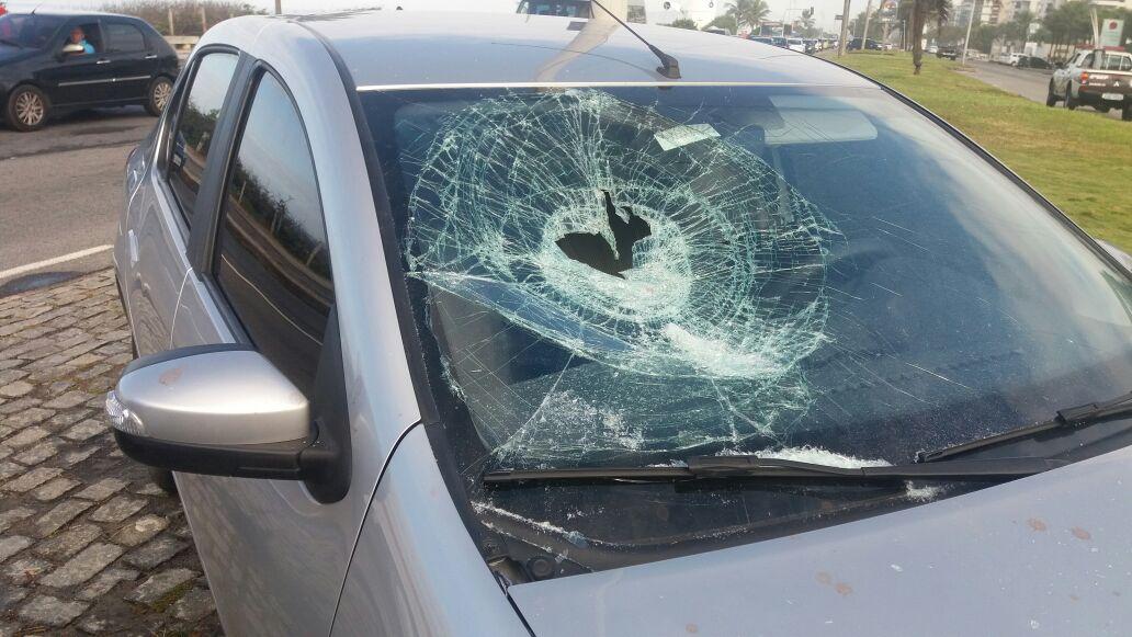Guardas prendem homem que vandalizou carro para furtar pertences na Barra da Tijuca