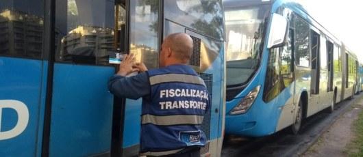 Após incidente com roda, SMTR lacra 5 ônibus do BRT e aplica 18 multas durante fiscalização
