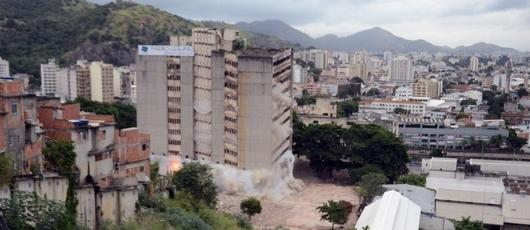 Prefeito acompanha implosão do antigo prédio do IBGE na Mangueira