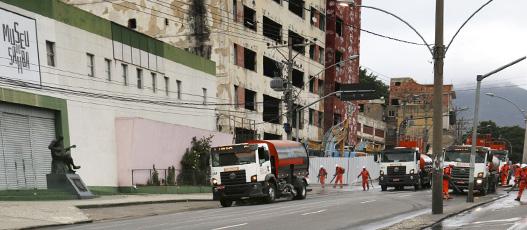 Comlurb lava pista da Visconde de Niterói após implosão de prédio do IBGE