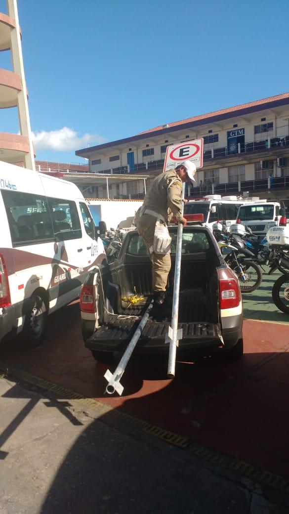 Guardas recuperam placas de trânsito no Centro