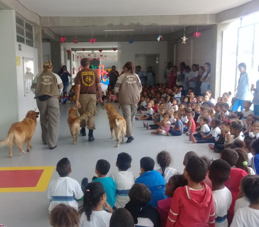 Canil apresenta Showdog para crianças do EDI em Anchieta