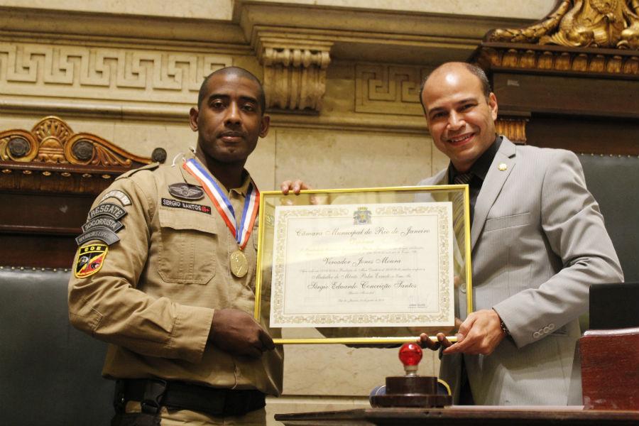 Guarda municipal recebe Medalha de Mérito Pedro Ernesto