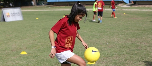 Aulas de futebol em parceria com o Barcelona na Maré