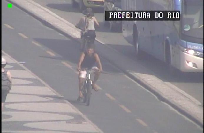 Guardas municipais prendem homem flagrado pelas câmeras furtando turista polonesa em Copacabana