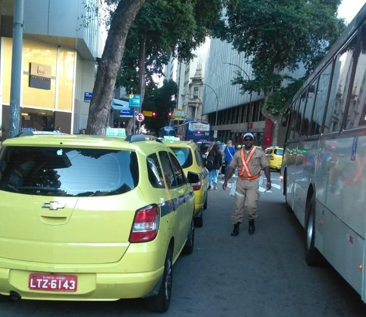 Guarda Municipal multa 137 táxis em operação para coibir pontos irregulares no Centro e na Glória