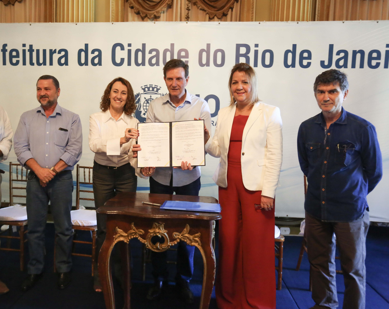 Prefeito assina contratos de R$ 34 milhões para reforma das primeiras 72 escolas