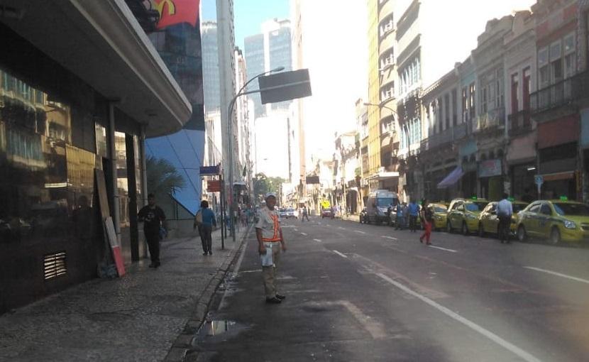 Guarda Municipal multa 240 táxis em operação para coibir pontos clandestinos no Centro e na Glória