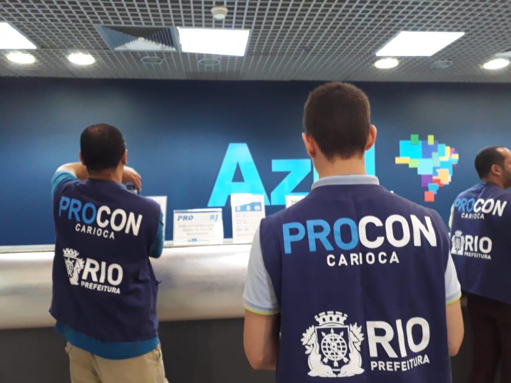 Procon Carioca notifica duas empresas  aéreas em blitz em aeroporto
