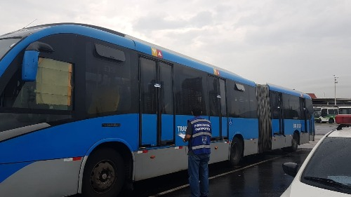SMTR lacra cinco ônibus articulados do BRT e aplica 37 multas durante ação no Terminal Alvorada