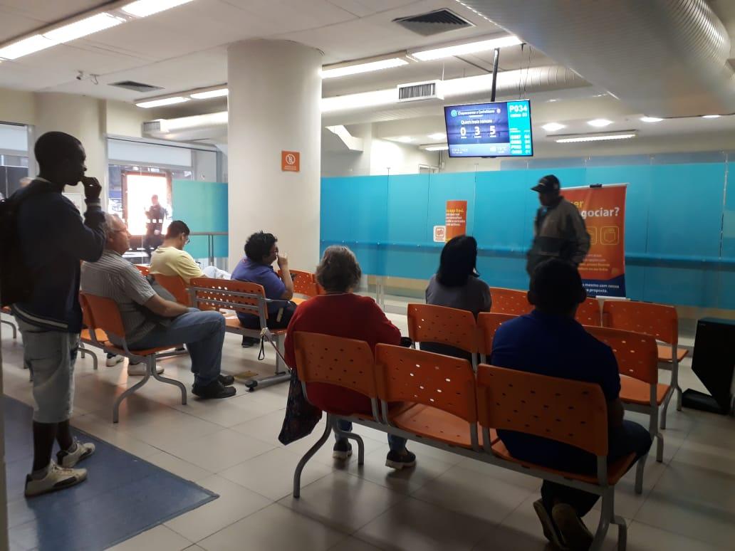 Procon Carioca multa 12 agências do Itaú e do Bradesco por tempo de espera na fila
