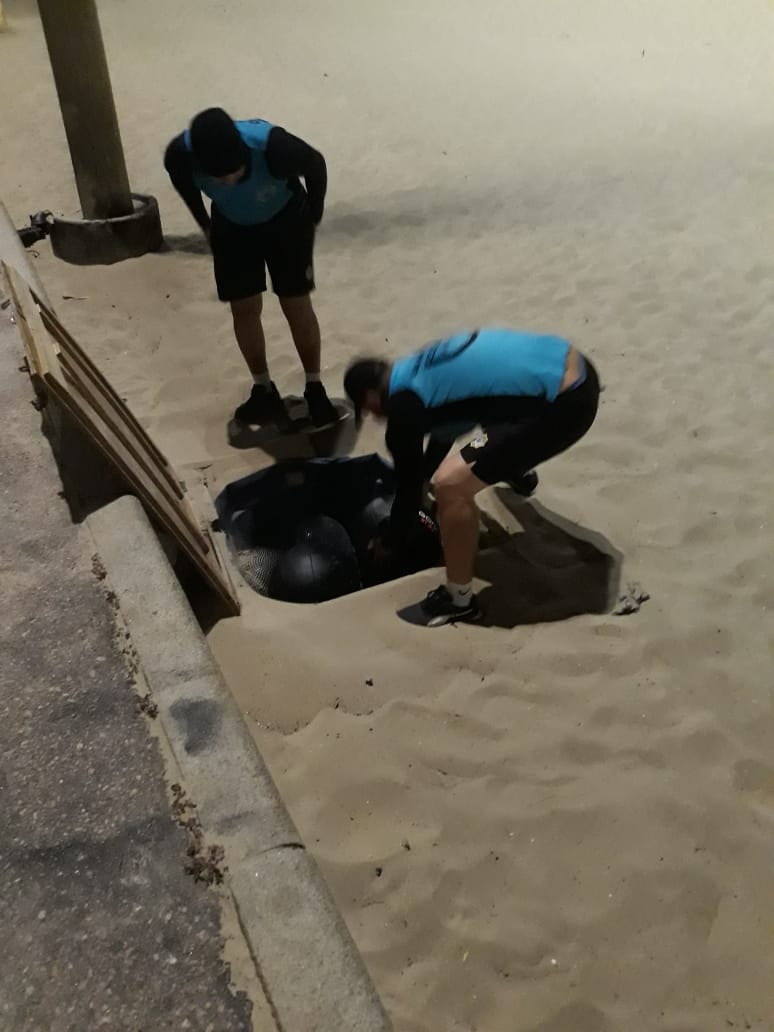 Guarda Municipal apreende 355 produtos enterrados na areia das praias de Copacabana e Flamengo